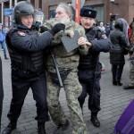 На улицах городов России задержали более 400 человек. Они ничего не делали, но их подозревают в попытке свергнуть режим