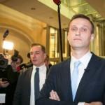 Навальный заявил, что он сейчас прячется «дома у Путина» (трансляция)