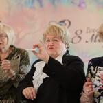 Администрация Купчино подарила пенсионеркам тюльпаны и спиннеры на 8 марта