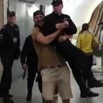 В Москве на мужчину, который поднял полицейского в метро, возбудили уголовное дело