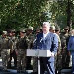 Порошенко на линии фронта подписал изменения в закон об особенностях государственной политики на оккупированном Донбассе