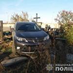 В Харькове священник на джипе «по неизвестным причинам» снес 10 памятников на кладбище