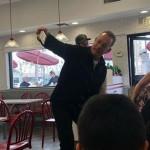 Том Хэнкс накормил бургерами незнакомых людей