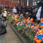 «Скорбящим от Путина» по Кемерово раздали одинаковые игрушки и цветы