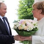 Немецкие СМИ: Путин оскорбил Меркель, подарив ей букет цветов