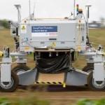Робот борется с сорняками, забивая их назад в землю
