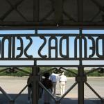 Посетителей Бухенвальда раскритиковали за катание на санях по братским могилам